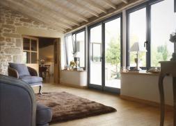 Fenêtres plaxées Gris RAL 7016 texturé monocolore, quincailleries noires. Porte-fenêtres  2 vantaux H2250 L1800 mm. Fenêtres 2 vantaux H1650 L1600 mm avec oscillo-battant(en option).